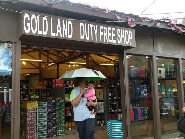 在刁曼岛芭雅海滩的免税店