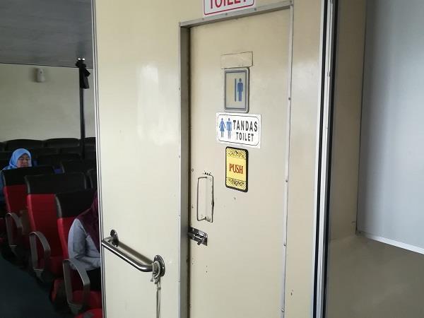 渡船内的厕所